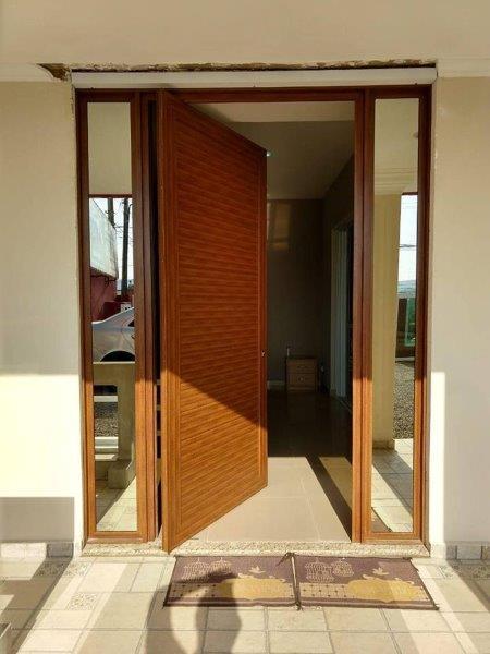 Esquadrias de alumínio cor madeira